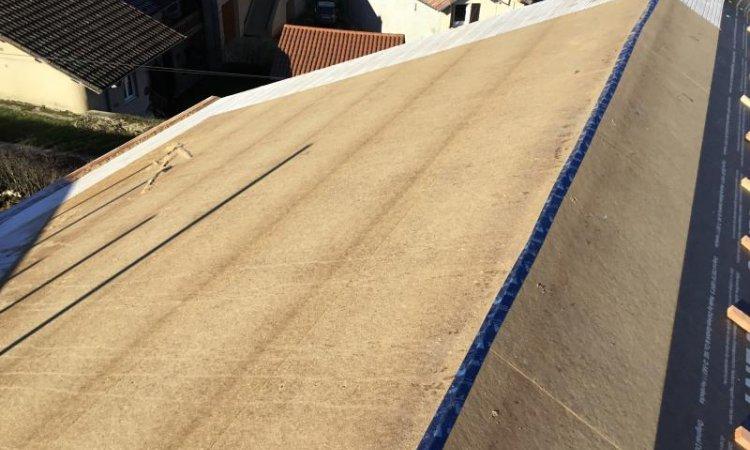 Pose de panneau pare-pluie isolant en toiture Matour